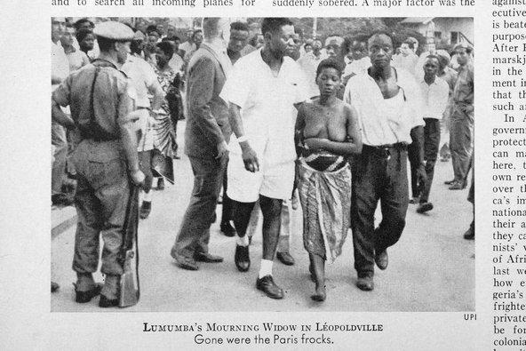 Weduwe Lumumba gefotografeerd op straat